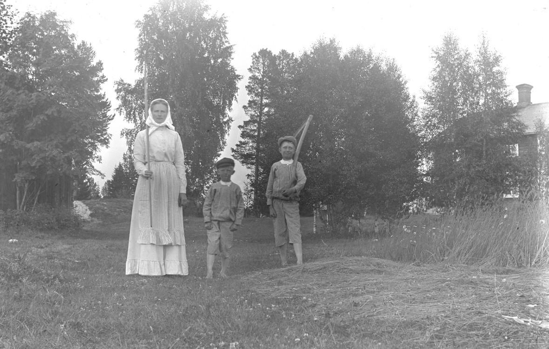 Karin Hansson med Martin och Josef 1912