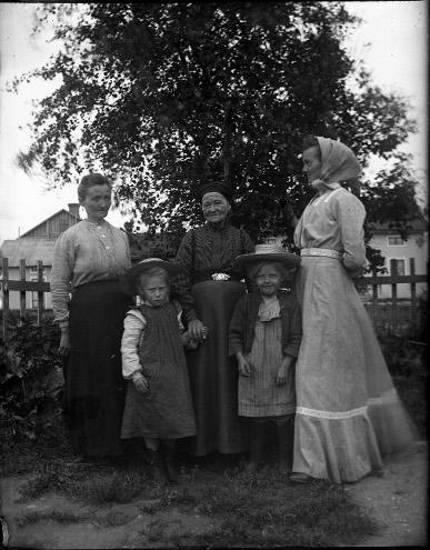 Flickorna vid Odenslund omkr 1904