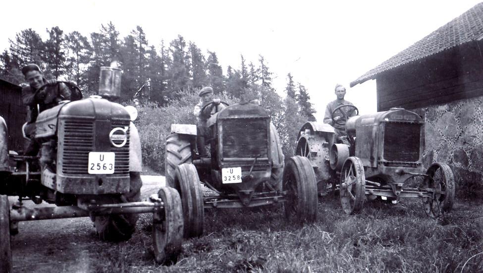 50-talsbild, Anders och Arthur Larsson, dåvarande dräng Bertil Dahlberg vid stenlagårns framsida