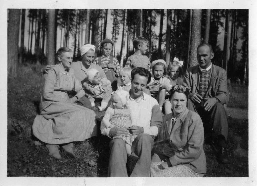Mor Katarina med Gretas och Gudruns familjer 1949